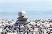 Stapel von zen steine am strand — Stockfoto