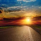 Krásný západ slunce nad asfaltové silnici — Stock fotografie