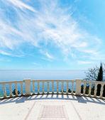 Met het oog op de zee vanaf het balkon onder bewolkte hemel — Stockfoto