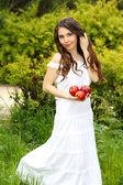 Portrét krásné mladé ženy s jablky, venku n — Stock fotografie