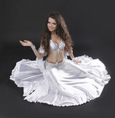 Kobieta piękna egzotyczna tancerka brzucha na czarnym tle — Zdjęcie stockowe