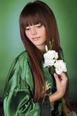 Ritratto di bella donna con i capelli lunghi sani sul verde — Foto Stock