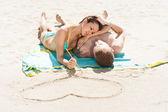 在沙滩上的绘图心 — 图库照片