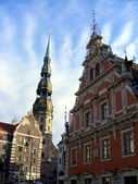 Saint peter church and house of the blackheads in riga — Stock Photo
