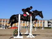 Saut d'homme sur le cheval noir — Photo