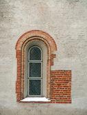 Janela na parede velha — Fotografia Stock