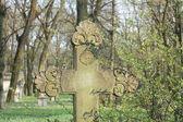 Vecchia croce sul cimitero abbandonato — Foto Stock