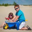 schattig klein meisje en jongen spelen op het zandstrand — Stockfoto
