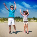Urocza małej dziewczynki i chłopiec gra na plaży — Zdjęcie stockowe #11625248