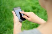 Teléfono móvil en las manos — Foto de Stock