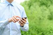 Téléphone portable à la main — Photo