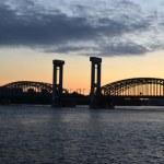 Neva et le pont de chemin de fer finlandais au coucher du soleil — Photo