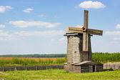 在绿色的原野上的木制风车 — 图库照片