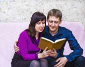 Couple reading — Stockfoto