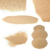 Pila de arena del desierto aislado sobre fondos blancos — Foto de Stock