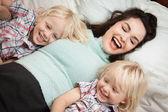 Junge glückliche mutter mit kindern — Stockfoto