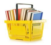 Plastik alışveriş sepeti ile üzerine beyaz izole kitap — Stok fotoğraf