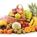 Kompozycja z bukietem owoców w wiklinowym koszu — Zdjęcie stockowe
