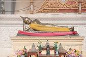 Sleeping buddha statue in thai temple — Stock Photo