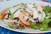 Produits de la mer épicé frit avec des légumes — Photo