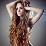 sexy młoda kobieta z piękne długie kręcone włosy — Zdjęcie stockowe