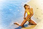 Sexy bronceada rubia chica guapa en bikini en la playa — Foto de Stock