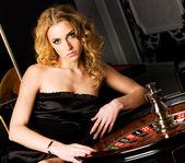 Sexy jovencita en casino — Foto de Stock