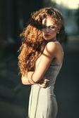 Retrato de verano de una hermosa joven caucásica con pelo rizado — Foto de Stock