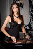 Mladá sexy dívka v kasinu — Stock fotografie