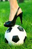Kobieta jest stóp na piłki nożnej — Zdjęcie stockowe