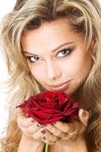 Closeup retrato de estudio de una bella mujer sexy con rosa roja — Foto de Stock