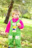 Petite belle fille sur l'herbe verte en automne — Photo