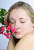 Hermosa chica con flor — Foto de Stock