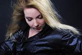 Schönes mädchen blondine im schwarzen t-shirt — Stockfoto