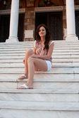 Kvinna sitter på trappan till — Stockfoto
