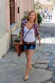 Femme qui marche sur la rue — Photo