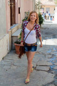 Mujer caminando en la calle — Foto de Stock