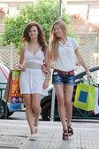 Two women go shopping — Stock Photo