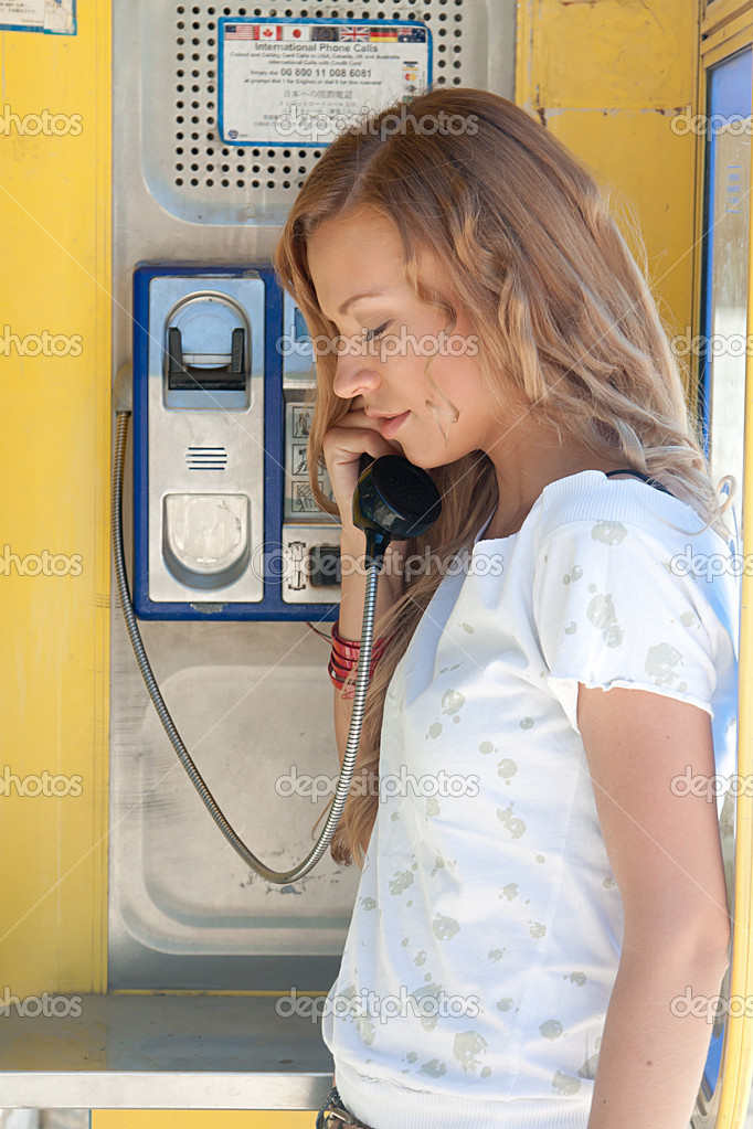 golie-v-telefonnoy-budke
