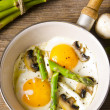 Asparagi with fried egg — Stock Photo