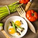 Asparagi with fried egg — Stock Photo