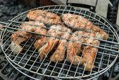 Bife de filé de salmão na grelha, com fumaça — Fotografia Stock