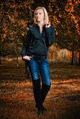 Longitud total, poca mujer en el parque otoño — Foto de Stock
