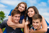 Happy teen friends outdoors — Stock Photo