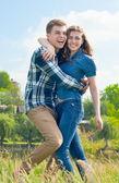 Gelukkige tiener paar — Stockfoto