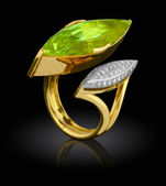 Golden ring with diamond — 图库照片