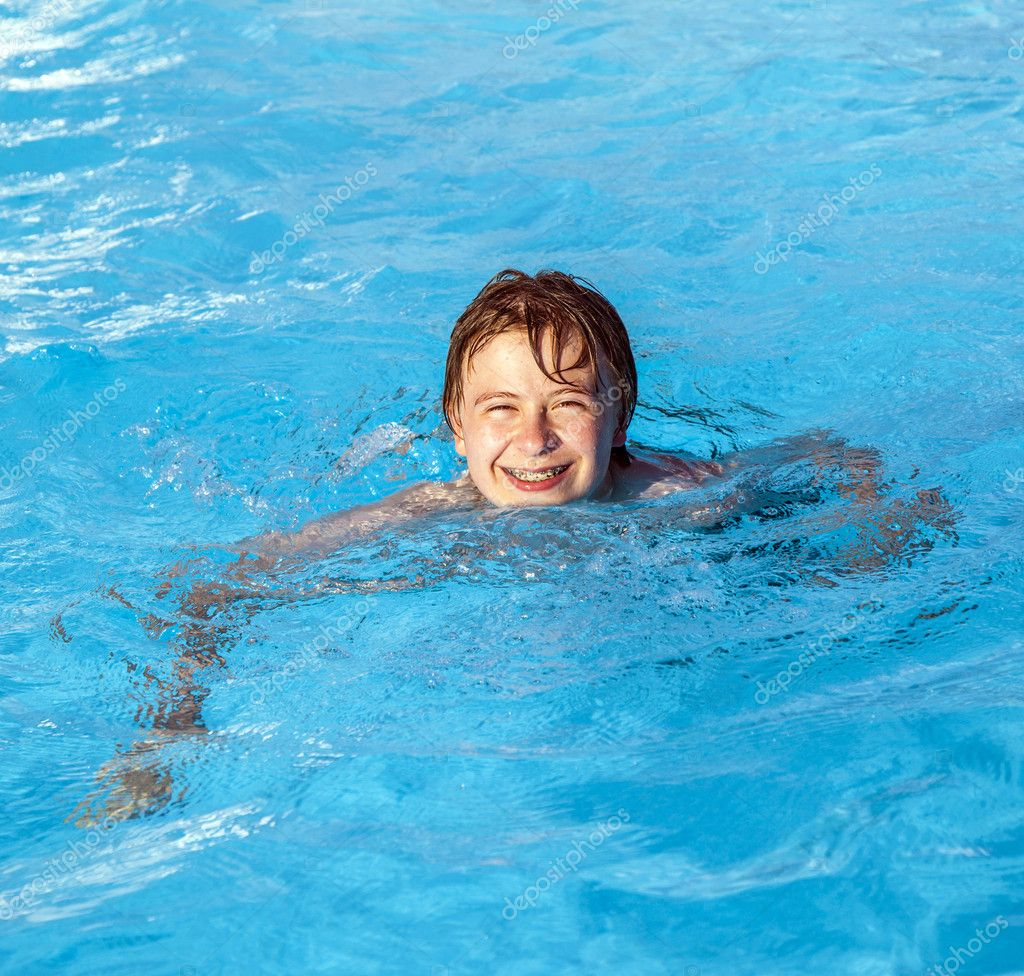Cute boy swimming in the pool — Stock Photo #11010952