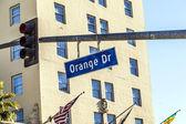 Letrero de la calle en coche naranja en hollywood — Foto de Stock