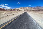 Artistas conducen camino en valle de la muerte — Foto de Stock