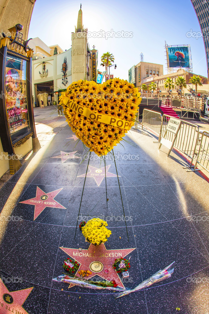 LOS ANGELES - JUNE 26: Michael Jackson's star on the Hollywood Walk of Fame as fans  remember the artist and leave messages to say goodbye on June 26, 2012 in Los Angeles. — Stock Photo #11915405